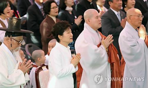 Tổng thống Hàn Quốc Park Geun-hye hôm 6-5 tiếp tục xin lỗi về vụ chìm tàu. Ảnh: Yonhap