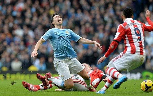 Man City gặp khó khăn trước Stoke City thi đấu đầy quyết tâm