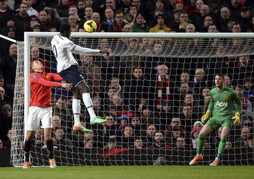 Adebayor ghi bàn trước sự bất lực của Smalling và thủ môn De Gea