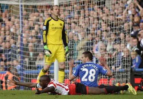 Altidore bị phạm lỗi trong vòng cấm Chelsea phút 82
