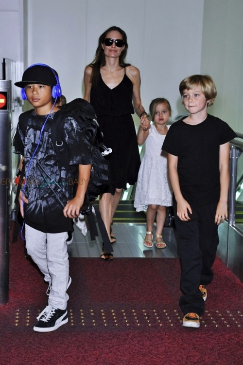 Pax Thiên theo mẹ nuôi và các em đến Nhật