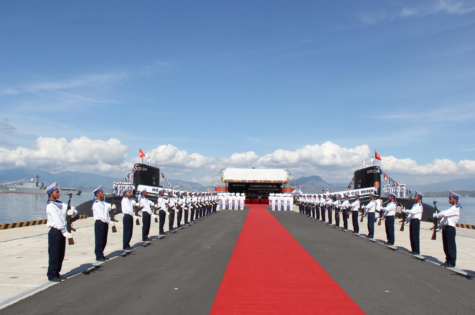 Toàn cảnh buổi lễ thượng cờ trên 2 tàu ngầm HQ-182 Hà Nội và HQ-183 TP Hồ Chí Minh