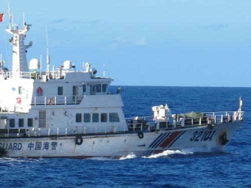 Tàu hải cảnh 32101 của Trung Quốc mở bạt che súng 12 ly 7 để uy hiếp tàu Việt Nam trong chiều 15-7