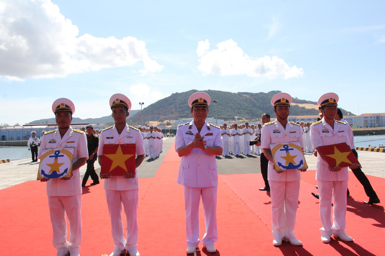 Đô đốc Nguyễn Văn Hiến trao cờ Hải quân cho Thuyền trưởng và chính trị viên 2 tàu ngầm