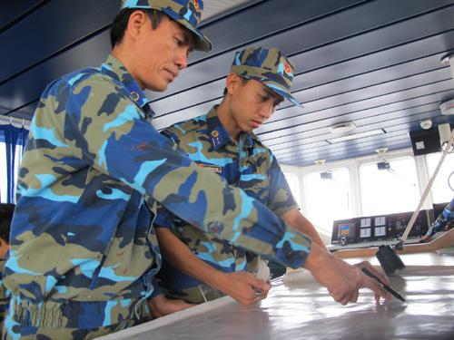 Chỉ huy và sĩ quan trên tàu Cảnh sát biển 9001 tác nghiệp tại hiện trường