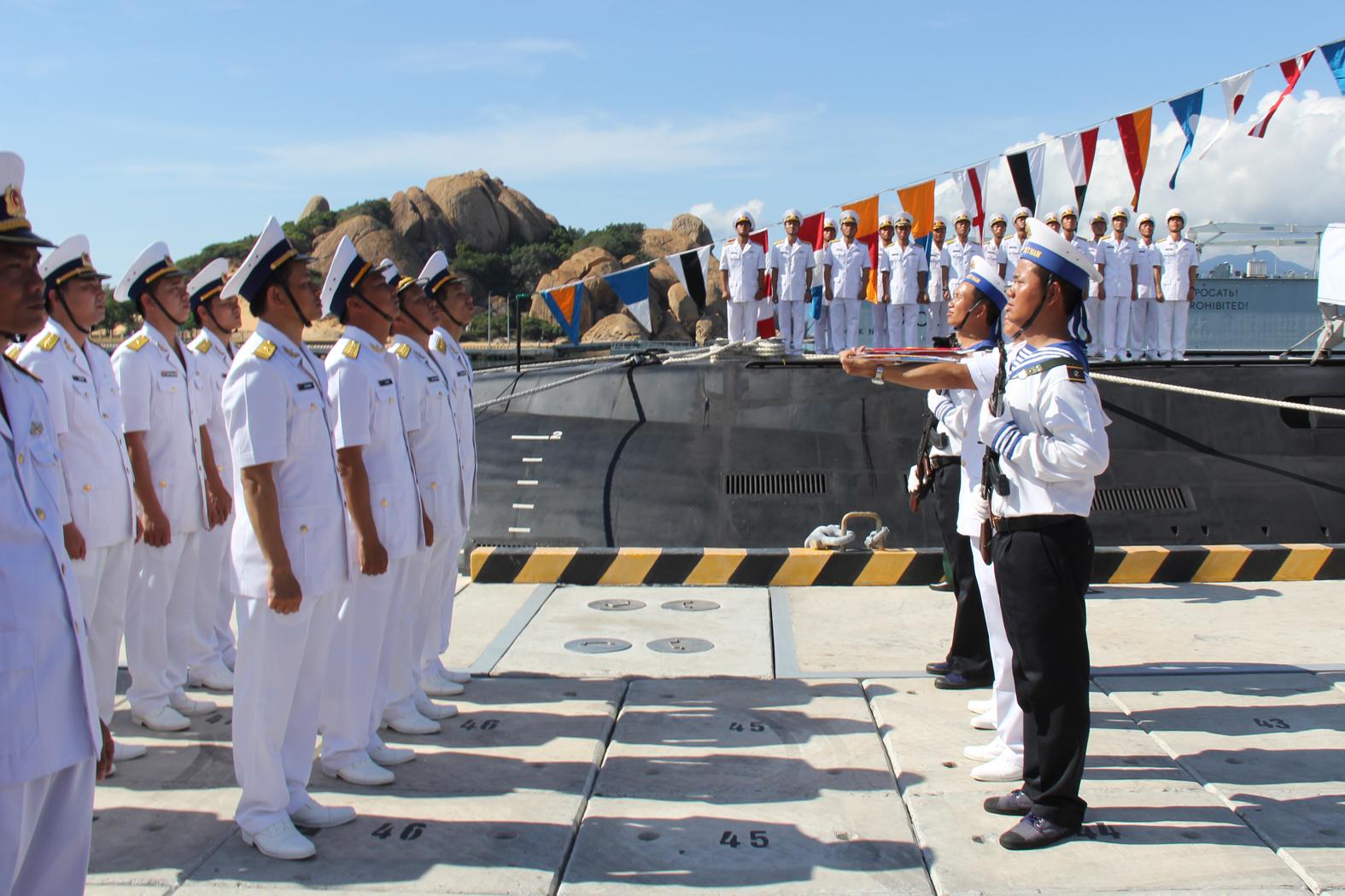 Cán bộ thủy thủ của tàu ngầm chào tiếp nhận Quốc kỳ và cờ Hải quân