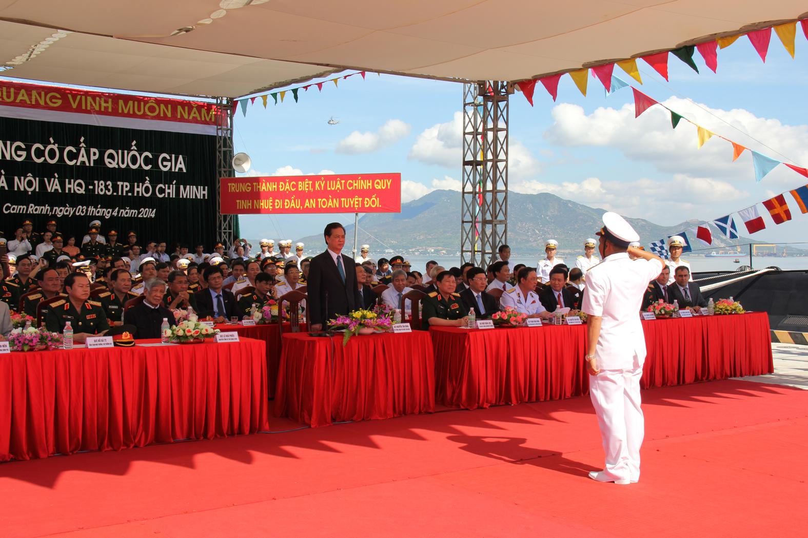 Trung tá Nguyễn Văn Quán, Thuyền trưởng Tàu HQ-182 Hà Nội, báo cáo kết quả treo Quốc kỳ với Thủ tướng