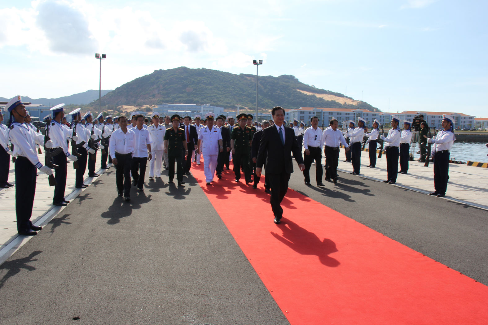 Thủ tướng Nguyễn Tấn Dũng tiến vào quân cảng