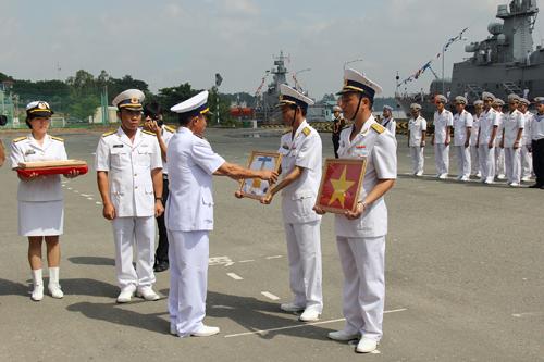 Đại tá Lương Việt Hùng, Tư Lệnh vùng 2 Hải quân, trao quốc kỳ và Hải kỳ cho thuyền trưởng, chính trị viên 2 tàu