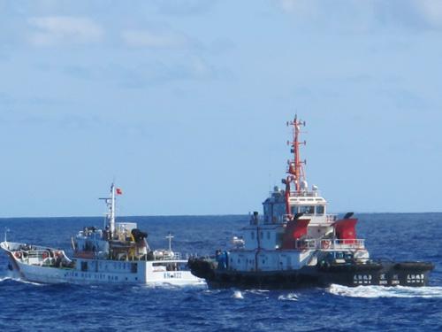 Tàu kéo Hữu Liên 9 Trung Quốc (bên phải) đang hung hăng truy đuổi và sẵn sàng đâm va vào tàu KN 822 của Việt Nam