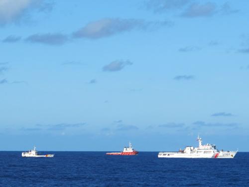 2 tàu hải cảnh và tàu kéo của Trung Quốc (bên phải) đang vây ép, ngăn cản tàu Kiểm ngư Việt Nam (bên trái) tiến vào gần giàn khoan 981