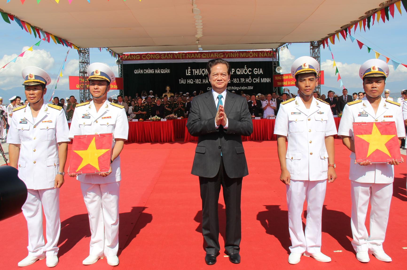 Thủ tướng Nguyễn Tấn Dũng trao quốc kỳ cho thuyền trưởng và chính trị viên 2 tàu ngầm