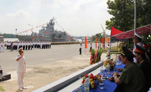 Thiếu tá Phạm Tiến Dũng, Thuyền trưởng Tàu HQ-378, báo cáo kết quả thực hiện kéo cờ