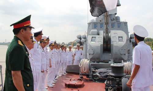 Các đại biểu quan sát pháo hạm tự động AK-176M