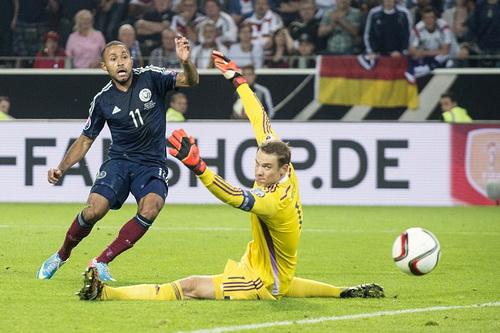 Ikechi Anya ghi bàn gỡ hòa 1-1 cho Scotland phút 66