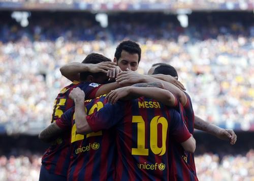 Alexis Sanchez trong vòng tay đồng đội sau bàn thắng thứ 2 cho Barca