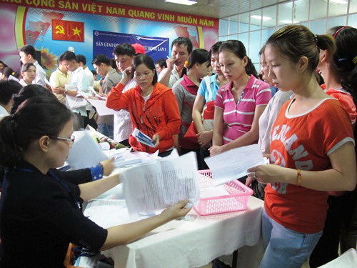 Người lao động tại TP HCM đang làm thủ tục hưởng trợ cấp thất nghiệp ẢNH: HỒNG NHUNG