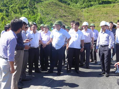 Bộ trưởng GTVT Đinh La Thăng trao đổi với với đại diện các cơ quan chức năng ngay trên vệt đường lún trước cửa hầm Đèo Ngang