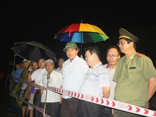 Bộ trưởng Đinh La Thăng (thứ 4 từ phải qua) có mặt tại hiện trường ngay trong đêm 1-9 rạng sáng 2-9 để trực tiếp chỉ đạo công tác cứu hộ, cứu nạn - Ảnh: Báo GTVT