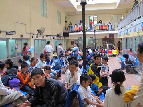 Đông nghịt người chờ khám tại Bệnh viện Nhi Trung ương. Ảnh: Ngọc Dung