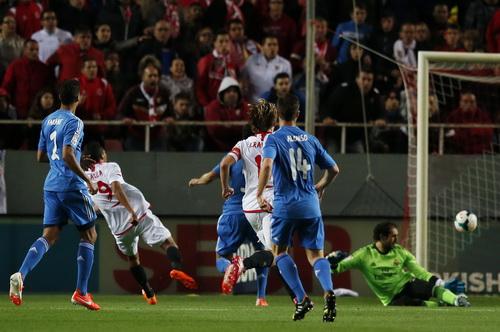 Caelos Bacca (9) ghi cú đúp, nhấn chìm Real Madrid