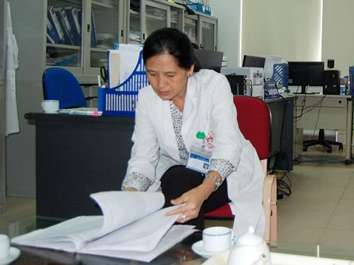 Lãnh đạo BV Thanh Nhàn xem lại hồ sơ bệnh án của bệnh nhân nữ 18 tuổi