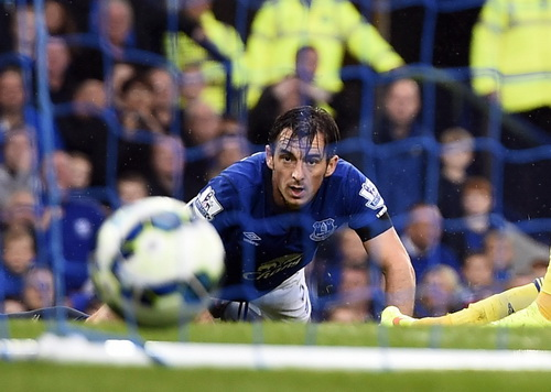 Leighton Baines bất lực nhìn bóng vào lưới nhà ở bàn thua thứ 5