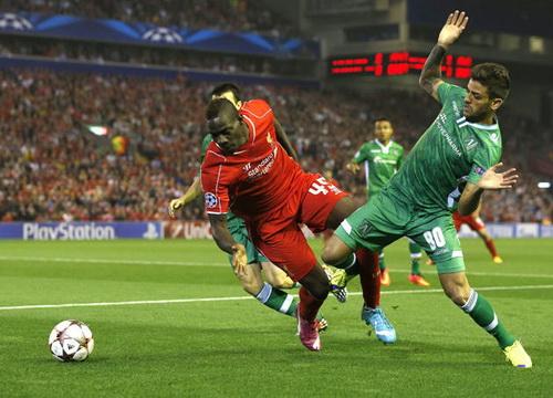 Mario Balotelli (trái) ghi bàn thắng đầu tiên trong màu áo Liverpool