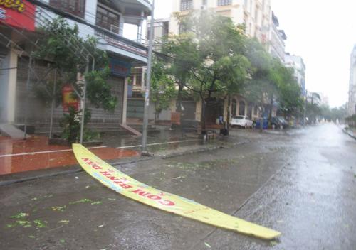 Một bảng hiệu ở TP Móng Cái bị gió thổi bay sáng sớm 19-7