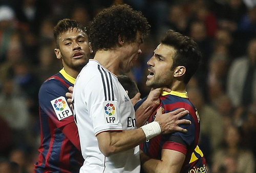 Pepe xô xát với Fabregas