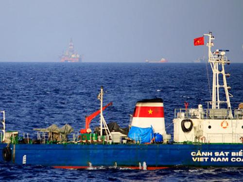 Tàu của lực lượng chấp pháp Việt Nam tiến hành hoạt động bảo vệ chủ quyền tại nơi Trung Quốc hạ đặt trái phép giàn khoan Hải Dương 981 trong vùng biển của Việt Nam - Ảnh: VNE