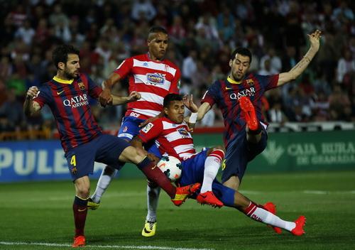 Barcelona gặp khó khăn trước Granada thi đấu kiên cường