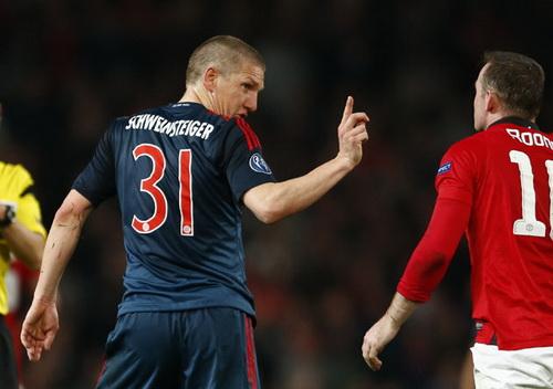 Schweinsteiger không hài lòng với Rooney sau khi bị phạt thẻ vàng thứ nhì