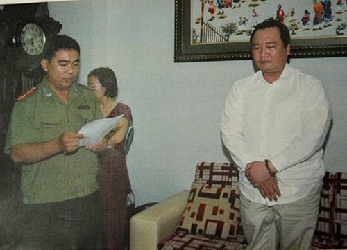 Cơ quan điều tra thực hiện lệnh bắt Nguyễn Thành Chơn (phải) tháng 10-2013 - Ảnh: Dân trí