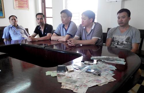 5 người đánh bạc bị bắt quả tang sau khi đưa về trụ sở cơ quan công an