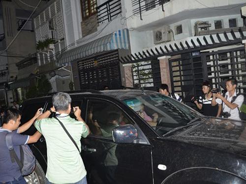 Lực lượng điều tra đưa ông Nguyễn Minh Hùng rời khỏi Công ty VN Pharma sau khi khám xét và bắt giữ - Ảnh: Dân trí