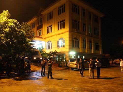 """Lực lượng công an đột kích Công ty TNHH Đại An, bắt giữ """"ông trùm"""" Minh """"Sâm"""" tối 13-8 - Ảnh: Nguyễn Quyết"""