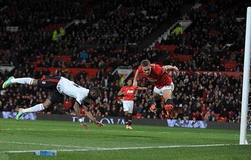 Bent và pha ghi bàn cho Fulham phút 90+4