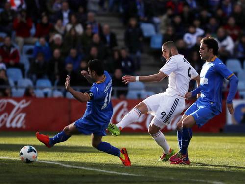 Benzema lập công bằng bàn thắng thứ nhì