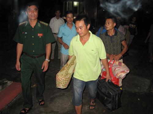 Người dân Móng Cái di chuyển tới nơi trú ẩn an toàn dưới sự hướng dẫn của bộ đội biên phòng