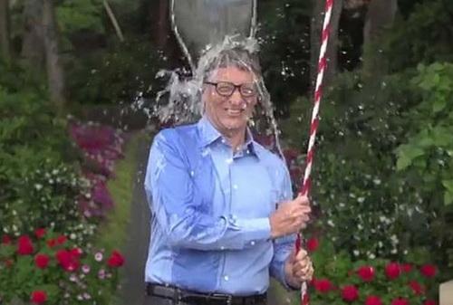 Tỷ phú Bill Gates thực hiện lời thách thức từ Mark Zuckenberg, cha đẻ Facebook