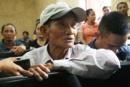 Nét khắc khổ của ông Lê Quảng Ba, cha của cầu thủ Lê Quang Hùng, tới dự phiên tòa xét xử con trai và nhóm cầu thủ bán độ