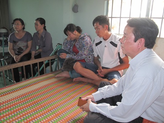 Ông Nguyễn Ngọc Ẩn - Giám đốc Trung tâm Y tế dự phòng tỉnh Đồng Tháp (bìa phải) đến chia buồn với bố mẹ cháu Võ Thị Bảo Trâm (giữa) - Ảnh: Nguyễn Huynh