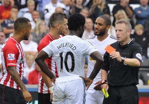 Tấm thẻ đỏ của Wilfried Bony khiến Swansea thiệt quân