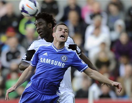 Chân sút Bony (Swansea) bị Azpilicueta bám chặt