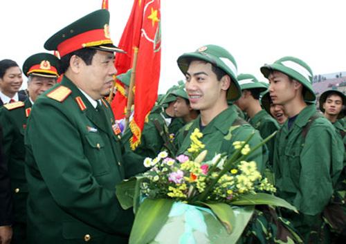 Đại tướng Phùng Quang Thanh tặng hoa động viên thanh niên lên đường nhập ngũ (Ảnh tư liệu)