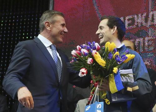 Huyền thoại Sergei Bubka tặng hoa và chúc mừng Lavillenie