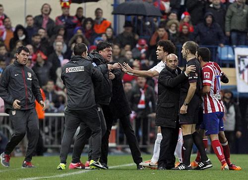 Trợ lý HLV Burgos (Atletico) phản ứng với trọng tài