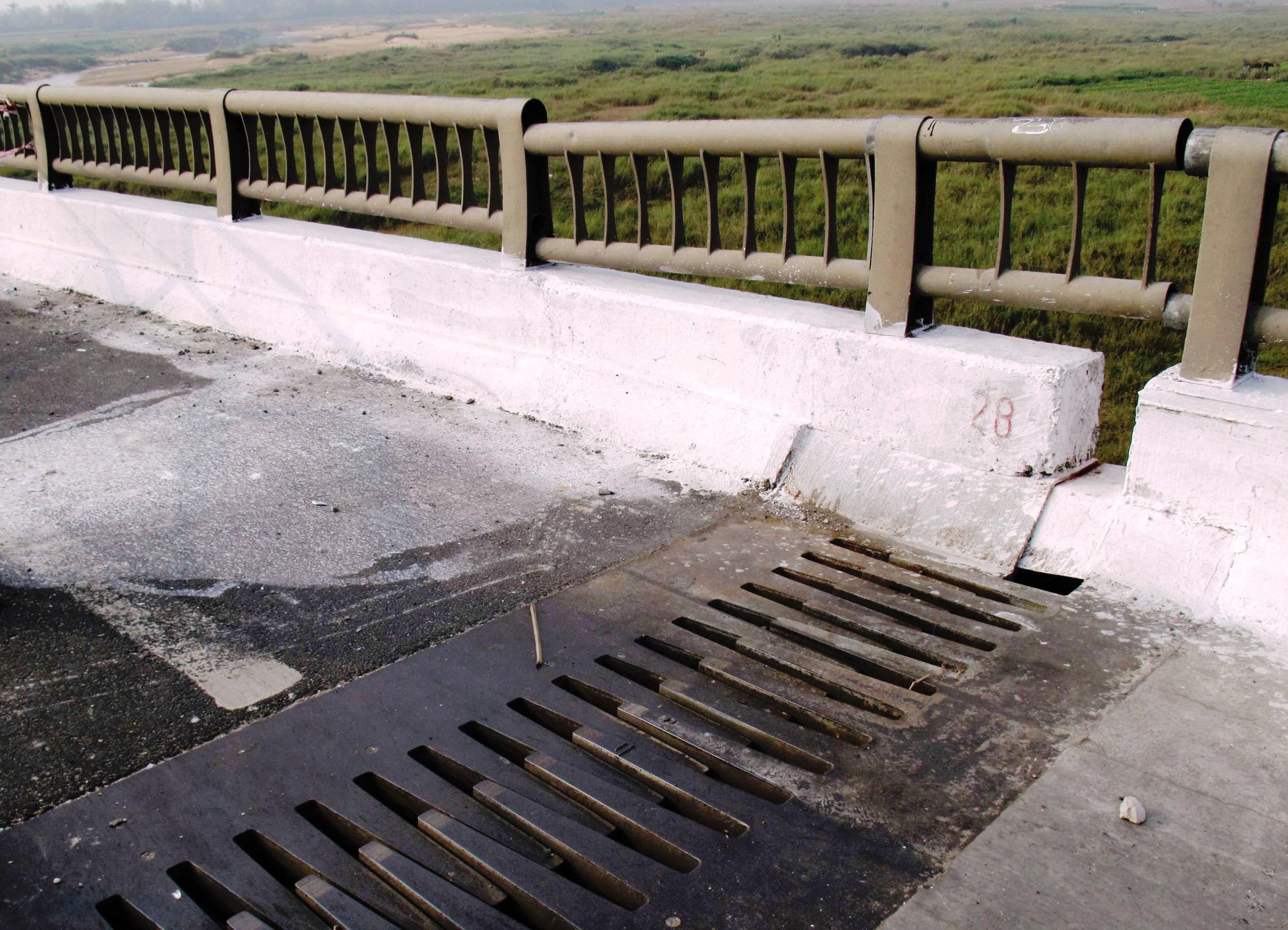 Mặt cầu bị xê dịch, sụt lún làm cho lan can cầu bung ra