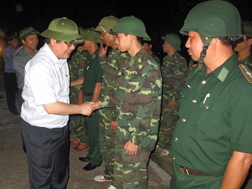 Bộ trưởng Nông nghiệp và Phát triển nông thôn Cao Đức Phát trực tiếp kiểm tra công tác phòng chống bão Thần Sấm đêm 18-7 tại Móng Cái